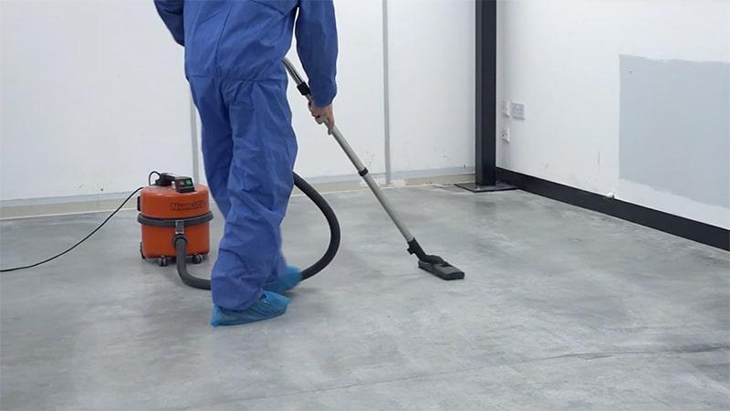 Der erste Schritt- eine tiefe Reinigung des Fußbodens